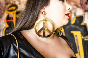 moschino bag h&m candom jeremy scott plus size grande taille blogger curvy girl leather dress eloquii peace earings